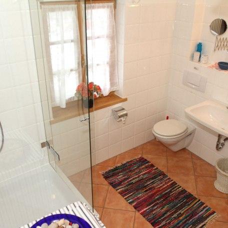 das Badezimmer mit Dusche und WC, © im-web.de/ Gäste-Information Schliersee in der vitalwelt schliersee