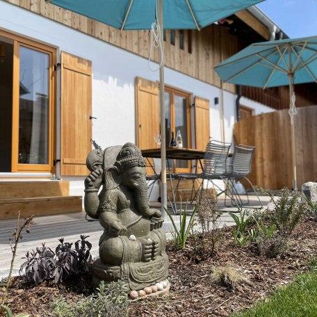 Terasse mit Ganesha im Garten, © im-web.de/ Gäste-Information Schliersee in der vitalwelt schliersee