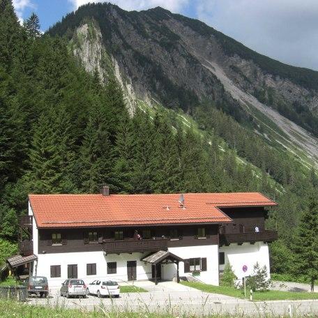 Außenansicht des Hauses; am Fuße der Brecherspitz, © im-web.de/ Gäste-Information Schliersee in der vitalwelt schliersee