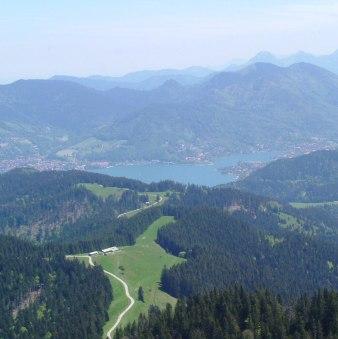 Blick vom Fockenstein auf Auer Alm und Tegernsee